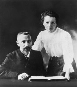 പിയറി ക്യൂറിയും മേരി ക്യൂറിയും, കടപ്പാട് : https://commons.wikimedia.org/wiki/File:Pierre_Curie_(1859-1906)_and_Marie_Sklodowska_Curie_(1867-1934),_c._1903_(4405627519).jpg